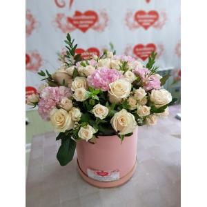 Купить коробку цветов из роз и гвоздик в Хабаровске