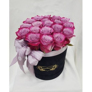 Купить бархатную коробку с 19 розами в Хабаровске
