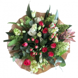 Купить букет из кустовой розы, лизиантуса, гиацинта, гиперикума и ананаса в Хабаровске