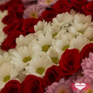 Купить букет «Чувствуй меня» в виде сердца из роз и хризантем в Хабаровске