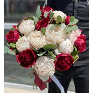 Купить букет из бело-бордовых пионов с доставкой в Хабаровске