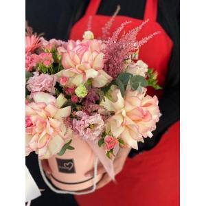 Купить коробку цветов «Мисс Пигги» с доставкой в Хабаровске