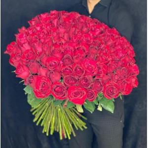 Купить охапку из 101 роз Фридом со скидкой и доставкой в Хабаровске