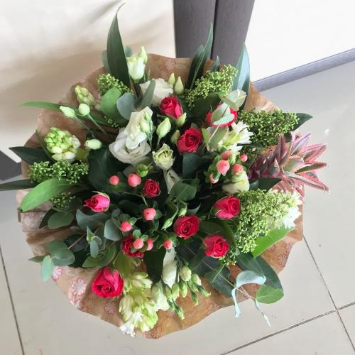 Букет из кустовой розы, лизиантуса, гиацинта, гиперикума и ананаса