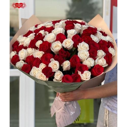 Купить охапку из 101 красных и белых роз с доставкой в Хабаровске